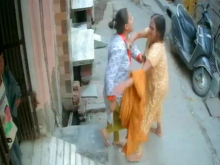 पति का आरोप- पत्नी ने मां जमुना देवी को चप्पल-झाड़ू से पीटा। गहने छीना।