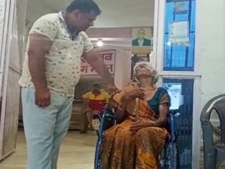 भूख से तड़पती मिलीं 70 साल की बुजुर्ग, बोलीं- जिसे पेट काटकर पाला, उसी ने मरने के लिए छोड़ा आगरा,Agra - Dainik Bhaskar