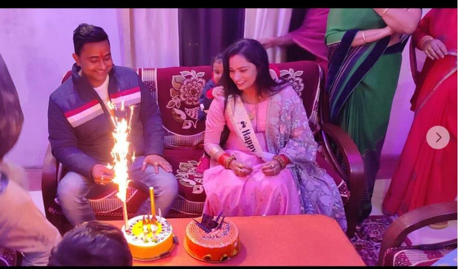 अपनी पत्नी के साथ बर्थडे मनाता सिपाही अजय।