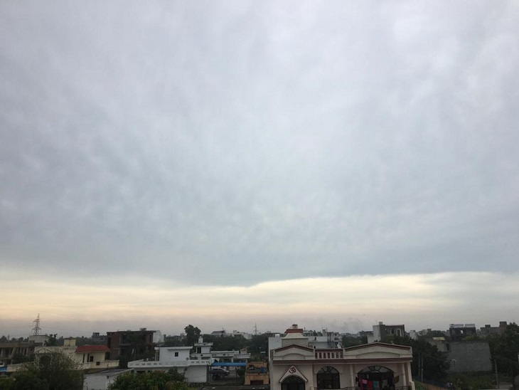 बुधवार को बारिश के दौरान आसामन में छाए बादल।