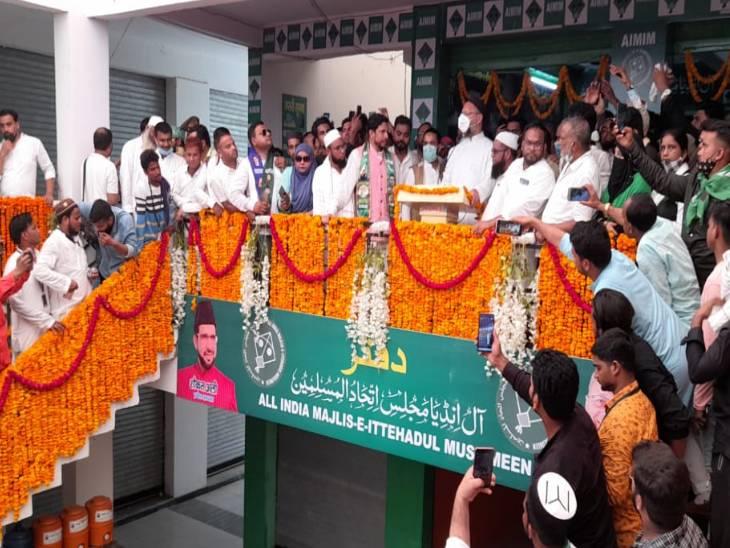 उत्तरप्रदेश के राजनीतिक दौरे पर आए सांसद ओवैसी ने तो कोरोना के नियमों की परवाह ही नहीं की।