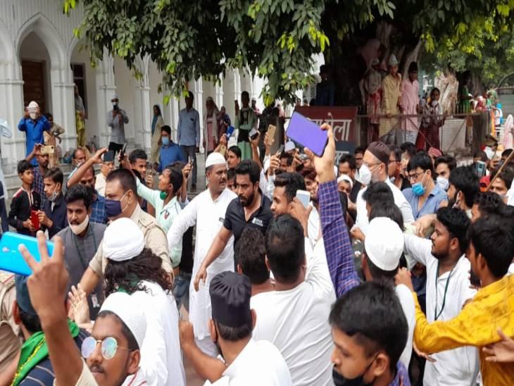 बहराइच में ओवैसी के विजिट के दौरान भारी भीड़ उमड़ी।