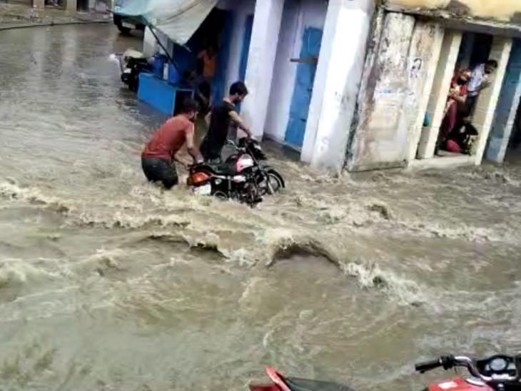 एक घंटे की बारिश में सीकर तरबतर, खंडेला में पानी का ऐसा बहाव की बाजार में बह गई बाइक, युवकों को लोगों ने पकड़ा; पांच दिनों तक सीकर समेत कई जिलों में बारिश का अलर्ट सीकर,Sikar - Dainik Bhaskar