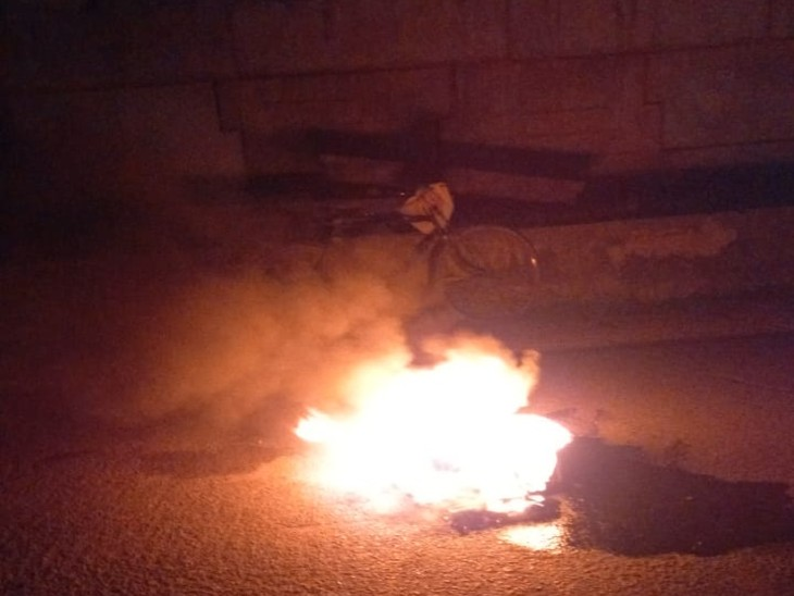 घटना के बाद टायर जलाकर लोगों ने की सड़क जाम। - Dainik Bhaskar