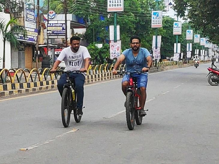 मॉर्निग वॉकर साइकिल चलाते हुए। ऐसे ही लोगों से इन साइकिलों को उधार लिया गया है।