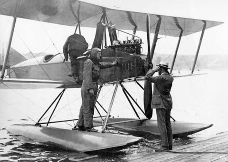 1916 में दुनिया की सबसे बड़ी एयरोस्पेस कंपनी बोइंग शुरू हुआ। बोइंग का शुरुआती मॉडल।