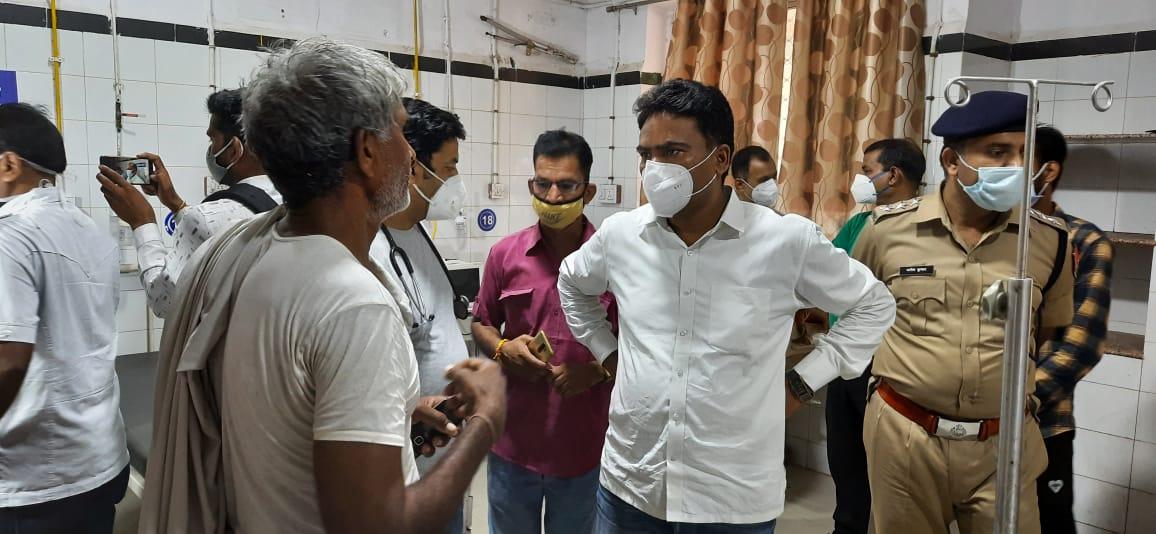 विधायक चंद्रभान सिंह आक्या परिवारजनों से जानकारी लेते हुए।