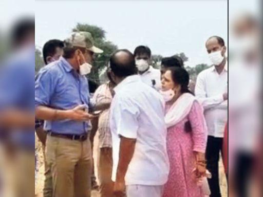 तकरार करते एसडीएम संदीप चौधरी और चेयरमैन सुमित्रा सैनी। - Dainik Bhaskar