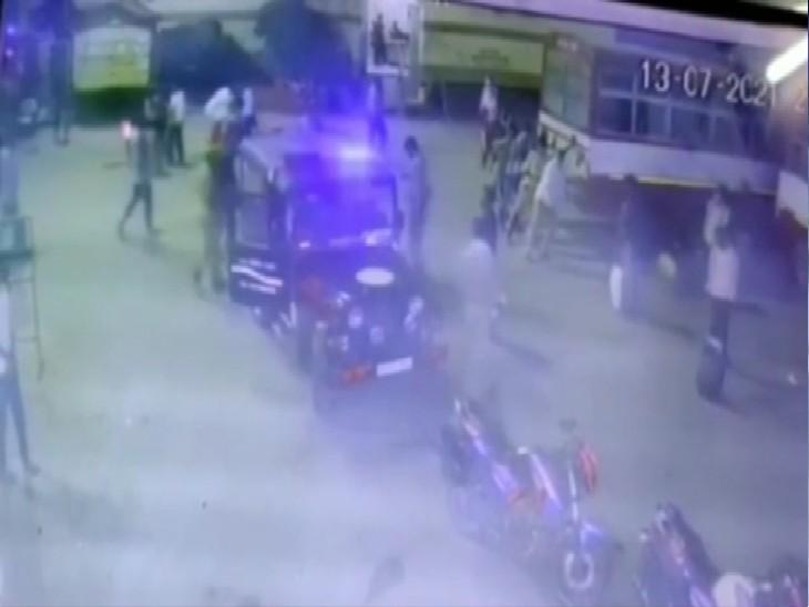 13 जुलाई की इस घटना का सीसीटीवी फुटेज वायरल होने के बाद हड़कंप मचा है। सिपाही पर कार्रवाई की तलवार लटक रही है। - Dainik Bhaskar
