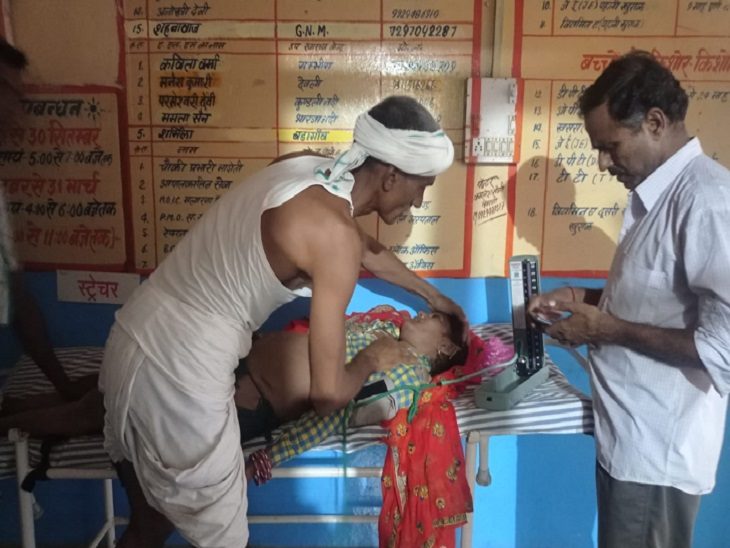 भाडोती सीएचसी में उपचार के दौरान महिला। - Dainik Bhaskar