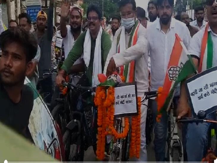 कांग्रेस की साइकिल रैली में पीसीसी चीफ के अलावा बड़ी संख्या में कांग्रेस पदाधिकारी और कार्यकर्ता शामिल हुए। - Dainik Bhaskar