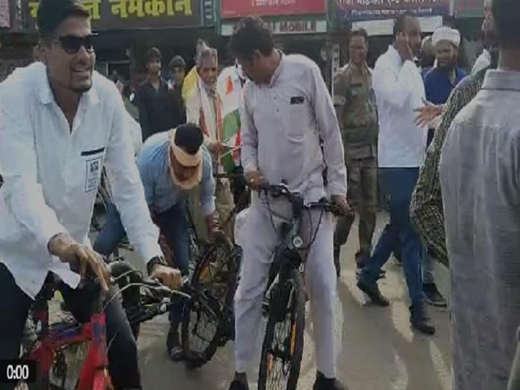 साइकिल रैली के दौरान इतनी भीड़ जमा हो गई थि कि कुछ कांग्रेस कार्यकर्ता साइकिल से ही गिर गए।