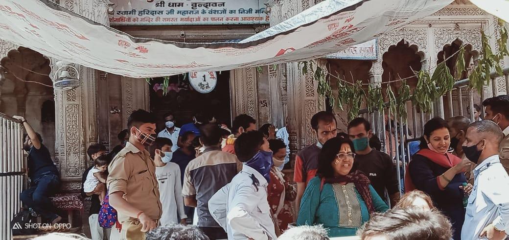 मंदिरों में दर्शनों को उमड़ रहा सैलाब, कोरोना को लेकर लापरवाह दिखे लोग; मास्क से लेकर सोशल डिस्टेंसिंग भूले|मथुरा,Mathura - Dainik Bhaskar