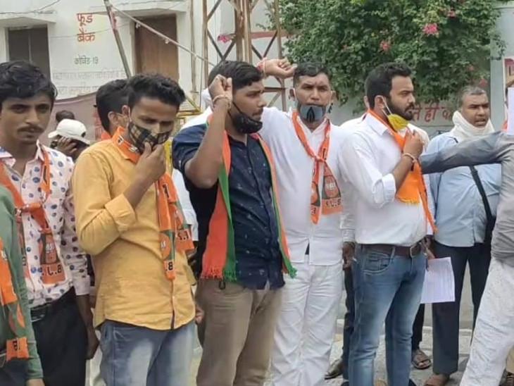 झालावाड़ में दलित युवक की हत्या के विरोध में भाजयुमो का प्रदर्शन, सीएम का पुतला फूंका, बोले- अपराध रोकने में सरकार फेल|डूंगरपुर,Dungarpur - Dainik Bhaskar