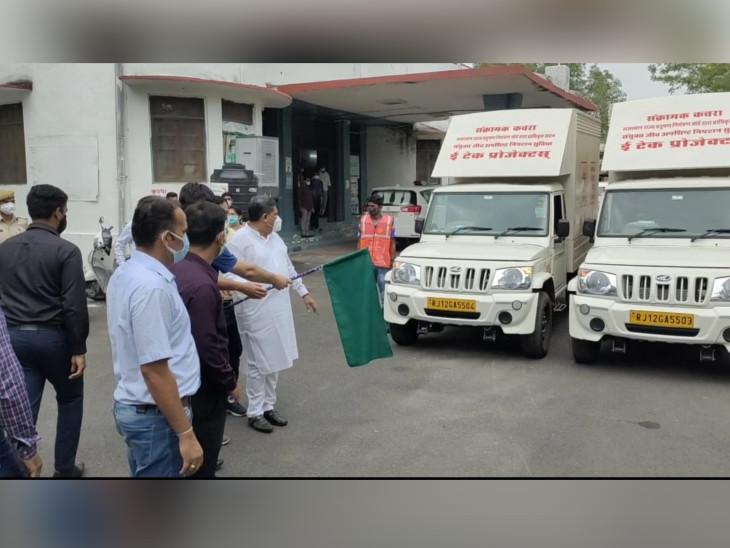 वाहनों को हरी झंडी दिखाकर रवाना करते जिला कलेक्टर सुरेश कुमार। - Dainik Bhaskar