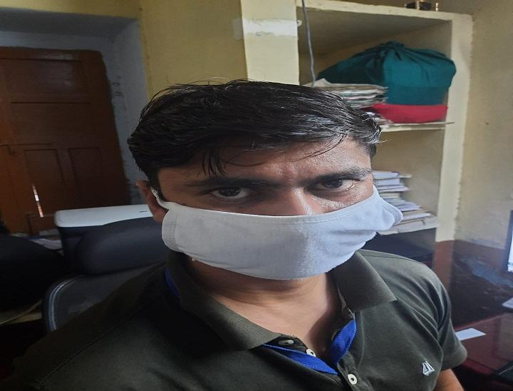 बांदीकुई में गिरफ्तार आरोपी संविदाकर्मी सुमित शर्मा। - Dainik Bhaskar