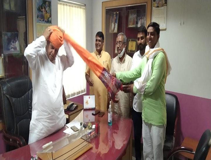 दौसा में जयपुर सांसद रामचरण बोहरा का स्वागत करते जिलाध्यक्ष व पदाधिकारी - Dainik Bhaskar