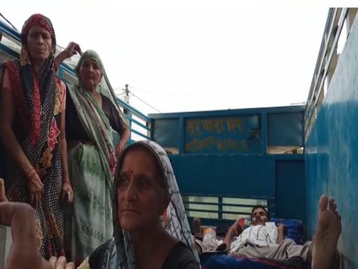 महिला अस्पताल में नसबंदी के बाद डीसीएम में लेटकर परिवार संग वापस घर लौटता अविवाहित युवक ध्रुव। - Dainik Bhaskar
