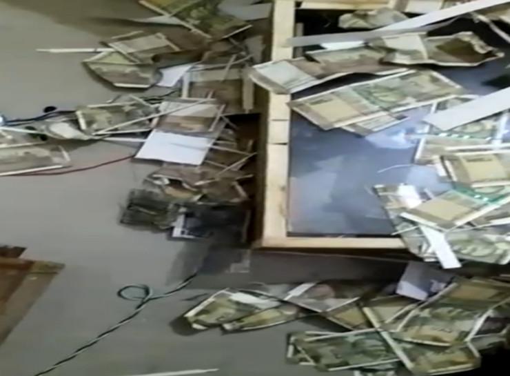 कारखाने में बिखरे हुए मिले तैयार 500 रुपए के नकली नोट