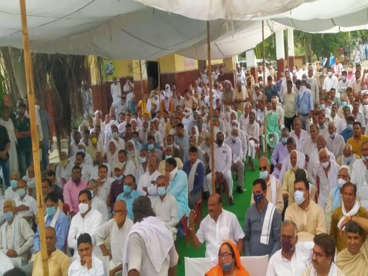 फर्रुखाबाद में भी जमकर कोरोना के नियमों की धज्जियां उड़ाई गईं। मौका था जिला पंचायत अध्यक्ष के शपथ ग्रहण समारोह का।