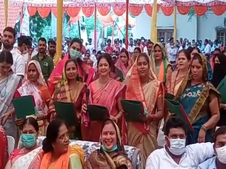 फतेहपुर में कार्यक्रम के दौरान कोरोना की चिंता से दूर लोग कार्यक्रम में मशगूल रहे।