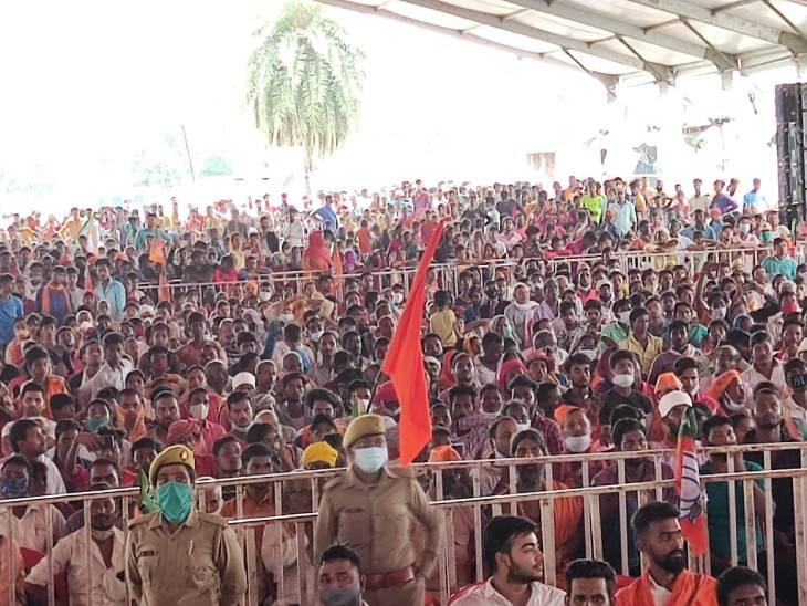 गोरखपुर में सीएम योगी के कार्यक्रम में यह भीड़ कोरोना की तीसरी लहर को बुलावा दे रही है।