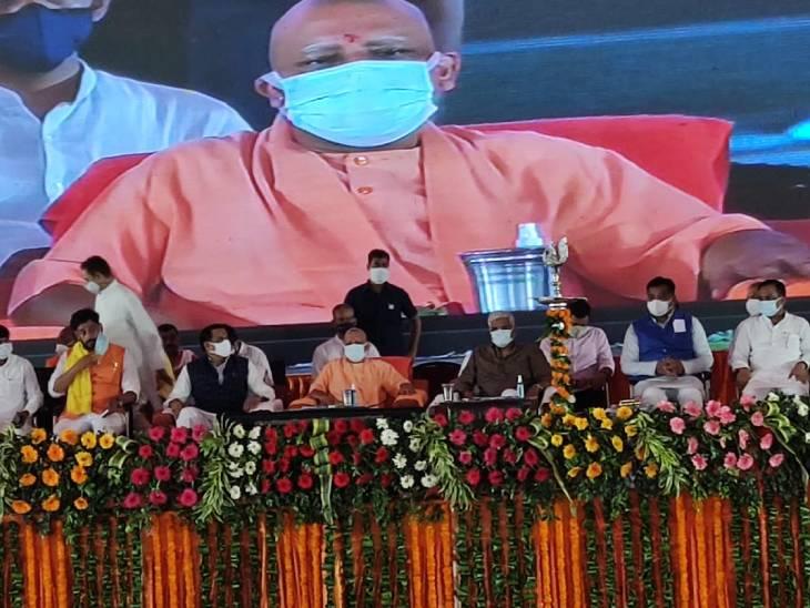 गोरखपुर में एक कार्यक्रम में मुख्यमंत्री योगी आदित्यनाथ पहुंचे। इस दौरान भारी भीड़ जुटी।