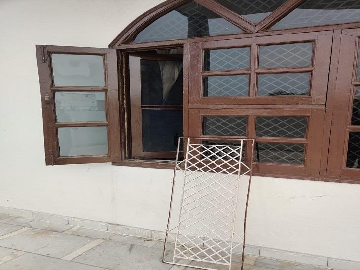 फार्म हाउस में घुसने के लिए चोरों द्वारा उखाड़ी गई खिड़की।