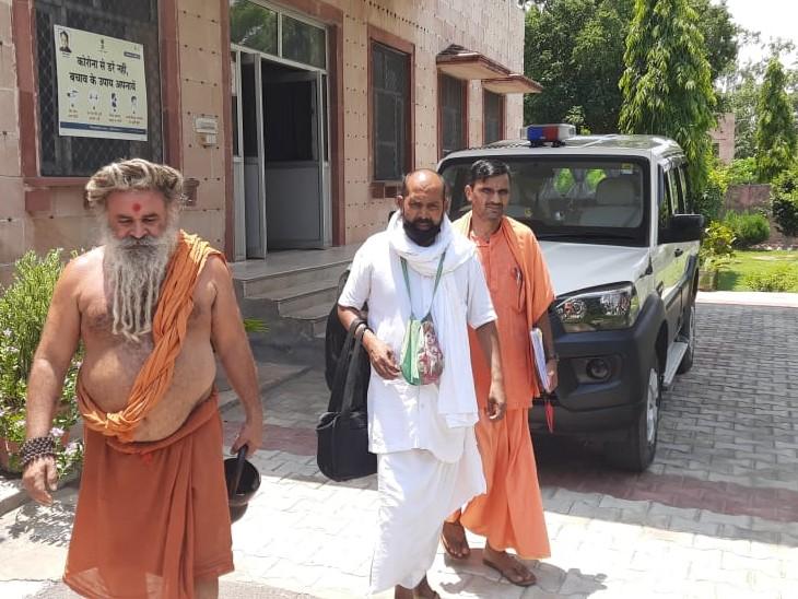 संभागीय आयुक्त सफेद कपड़ों में कार्यालय से बाहर निकलते सफ़ेद कपड़ों में बाबा हरी बोल। - Dainik Bhaskar