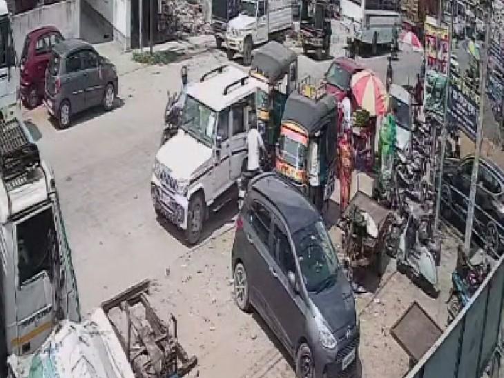 रास्ता पूछने के लिए पूर्व मुखिया के पास आया बदमाश, दूसरे ने गाड़ी का गेट खोल 8 लाख कैश उड़ाया|मुजफ्फरपुर,Muzaffarpur - Dainik Bhaskar