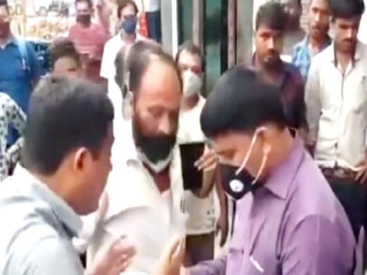 घूस लेकर जमीन का गलत रसीद काटने के आरोप में गुस्साए लोगों ने घेरा; पॉकेट में जबरन नोट डाला, बदसलूकी भी की|वैशाली,Vaishali - Dainik Bhaskar