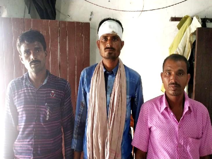 न्याय की गुहार लगाने थाना पहुंचे तीनों व्यवसायी। - Dainik Bhaskar