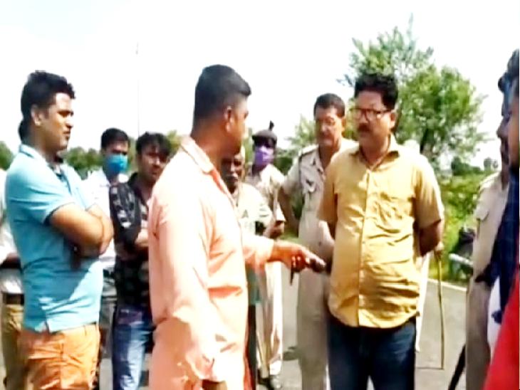 घटनास्थल लगी लोगों की भीड़। - Dainik Bhaskar