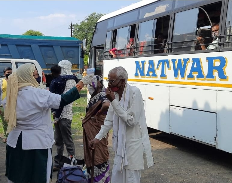 प्रतिबंध के बाद भी नागपुर से पांढुरना तक जारी थी बस सेवा , तहसीलदार ने बस को किया जप्त, 10 हजार का वसूला जुर्माना|छिंदवाड़ा,Chhindwara - Dainik Bhaskar