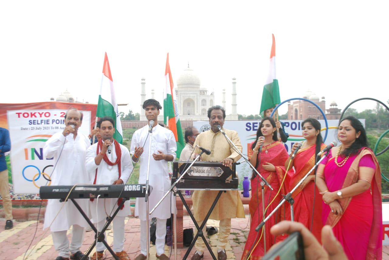 महताब बाI के ताज व्यू पॉइंट पर गजल गायक सुधीर नारायण ने देश भक्ति के गीत गाकर बांधा समां। - Dainik Bhaskar