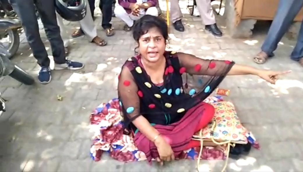 एसएसपी कार्यालय के बाहर धरने पर बैठी महिला। - Dainik Bhaskar