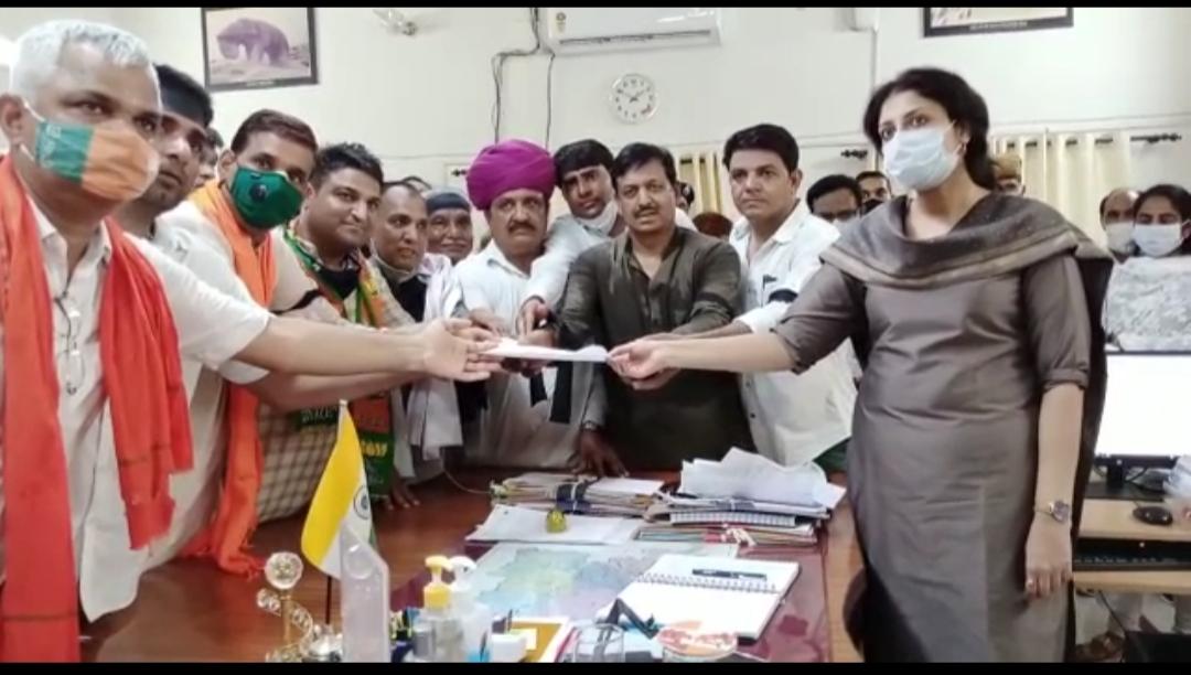 जयपुर में प्रदर्शन के दौरान हुए लाठीचार्ज के विरोध में भाजयुमो कार्यकर्ताओं ने निकाला विरोध मार्च, सीएम अशोक गहलोत का पुतला फूंक कर की नारेबाजी|टोंक,Tonk - Dainik Bhaskar