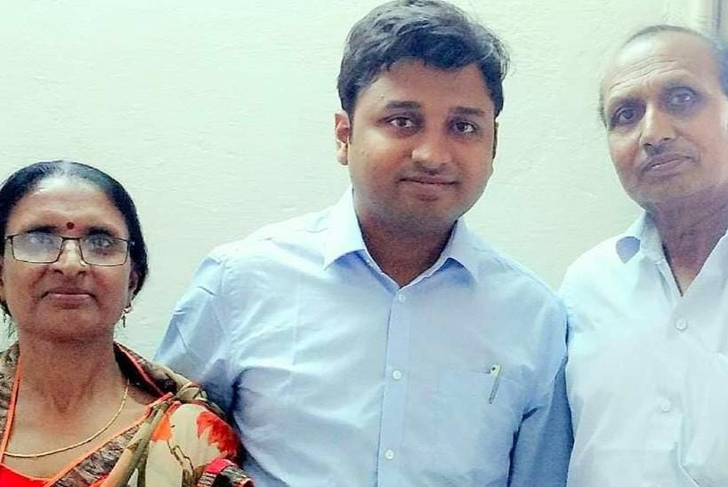 मां-पिता के साथ रवि।
