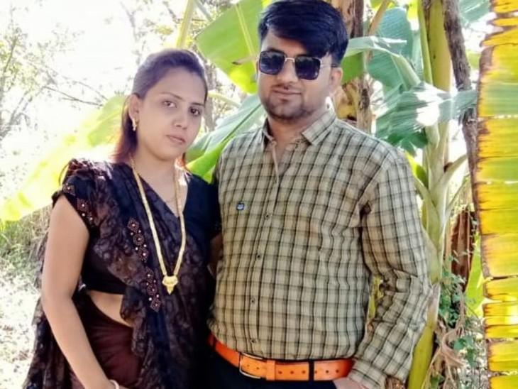पत्नी के साथ देवेंद्र।