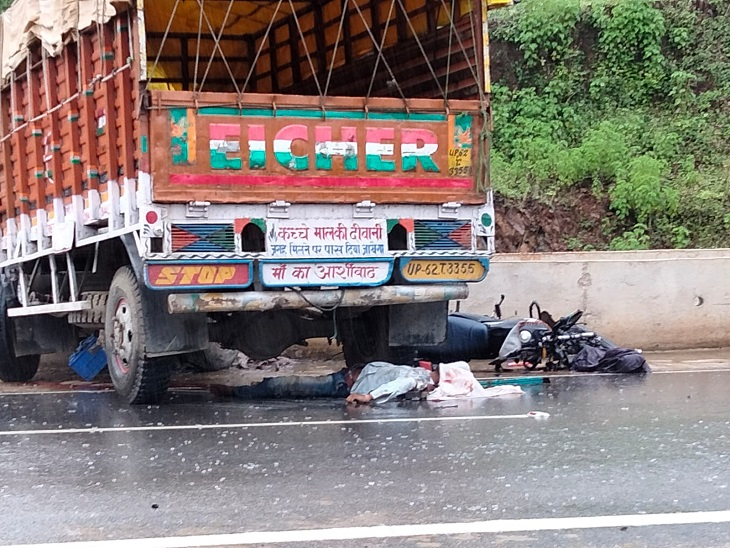 एक बाइक पर चार लोग सवार थे, टक्कर मार रेलिंग से भिड़ा ट्रक, मां और उसकी बेटी की हालत भी गंभीर|छत्तीसगढ़,Chhattisgarh - Dainik Bhaskar