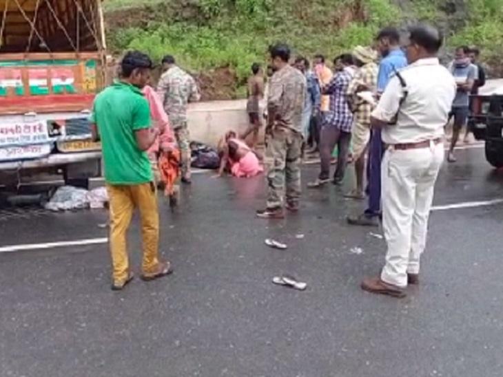 पुलिस ने घायलों को 108 एंबुलेंस की मदद से कुकदर अस्पताल में भर्ती कराया है।