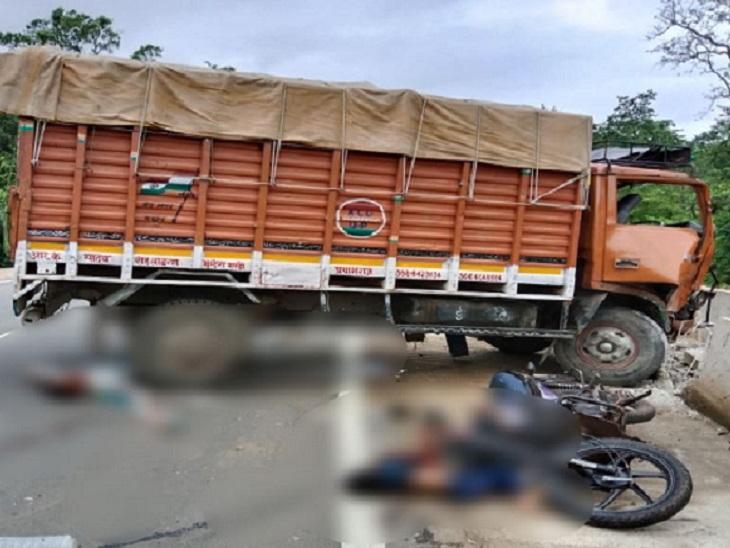 सड़क हादसे में पिता-पुत्र की मौत हो गई। जबकि महिला और उसकी बच्ची गंभीर रूप से घायल हो गए हैं।
