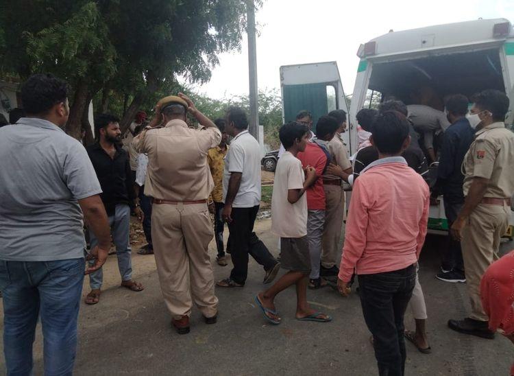 घायलों को एम्बूलेंस से अस्पताल ले जाते हुए। - Dainik Bhaskar