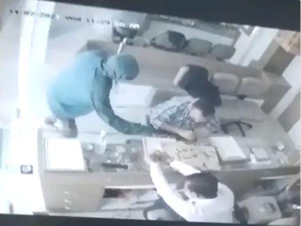 दुकान के सीसीटीवी कैमरे में कैद लूट की वारदात। - Dainik Bhaskar