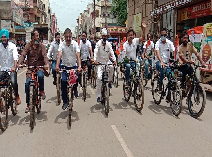 जगदलपुर में कांग्रेसियों ने निकाली साइकिल रैली, मोदी सरकार के खिलाफ नारेबाजी करते शहर के लगाए चक्कर, दंतेवाड़ा में बारिश ने डाली खलल जगदलपुर,Jagdalpur - Dainik Bhaskar