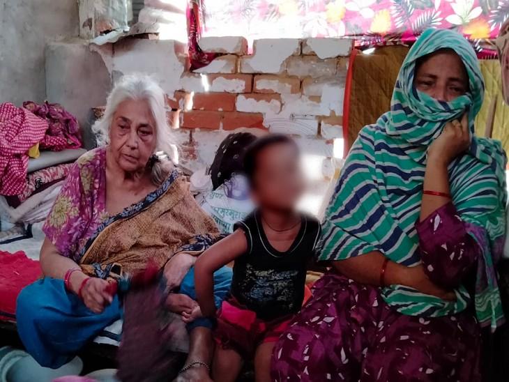 आतंकी मसीरुद्दीन उर्फ मुशीर की मां शाहजहां के साथ परिवार के अन्य सदस्य।