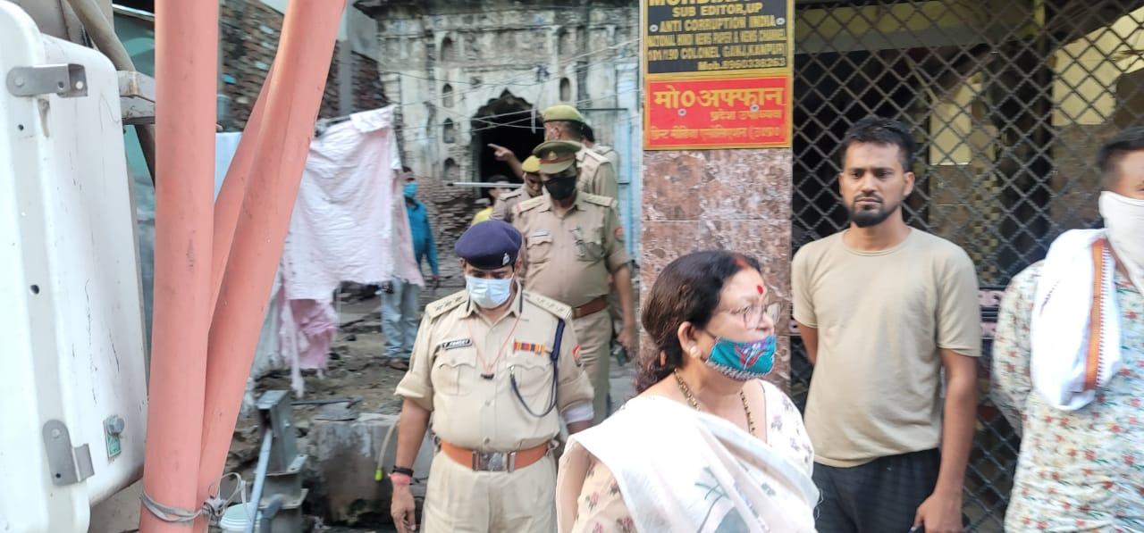 कर्नलगंज में महापौर ने पुलिस के साथ मंदिर को खाली कराया।