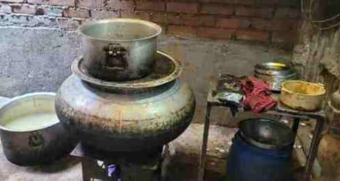 चमनगंज स्थित मंदिर के अंदर पकाई जा रही थी बिरयानी।