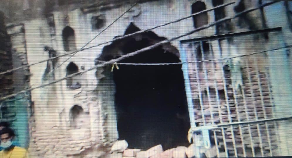 कर्नलगंज में एक और प्राचीन शिव मंदिर में मूर्तियां हटाकर अतिक्रमण किया गया था। यहां दर्जनों बकरियों को बांधा जा रहा था। - Dainik Bhaskar