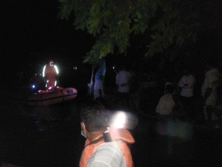 मोतिहारी में गंडक में डूब रहे 15 लोगों को NDRF की टीम ने निकाला, उफनती नदी से रात में ही लोगों को किया गया रेस्क्यू बिहार,Bihar - Dainik Bhaskar
